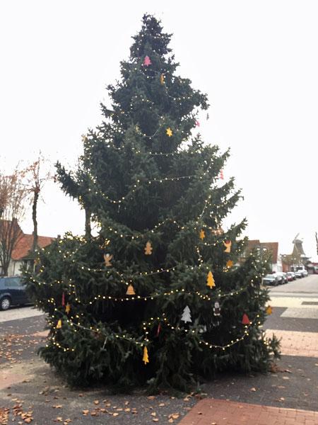 Tannenbaum auf dem Marktplatz Harpstedt erstrahlt in neuem Glanz